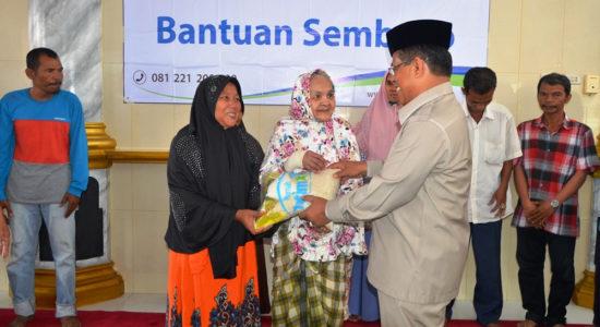 Walikota Serahkan 425 Paket Sembako dari Rumah Yatim Warga Peunitia