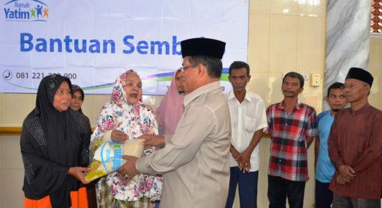 Salurkan 425 Paket Sembako bagi Warga Peuniti