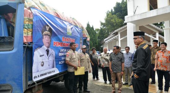 Serahkan Bantuan untuk Korban Banjir Aceh Tenggara