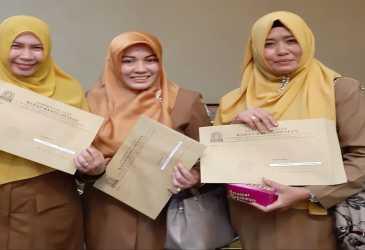 Tiga ASN Perempuan Asal SMK III Banda Aceh Mendapat SK Kenaikan Pangkat dari Sekda Aceh