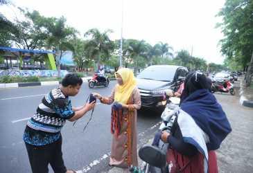 Nurmiaty Kembali Bagi-bagi Masker bagi Warga Kota
