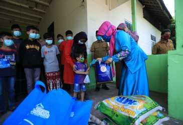 Nurmiaty Serahkan Sembako untuk Panti Asuhan