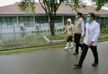 Plt Gubernur Tinjau Ruang Isolasi Pasien Covid-19 yang Tergenang Banjir