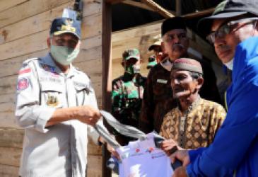 Plt Gubernur Antar Bantuan untuk Korban Puting Beliung