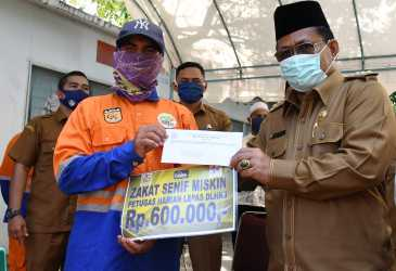 Wali Kota Serahkan Zakat untuk 650 Petugas Kebersihan