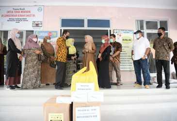 Dyah Antar Alat Kesehatan untuk Rumah Sakit Yuliddin Awai