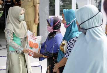 Dyah Bagikan Bantuan Sosial untuk Masyarakat Aceh Jaya