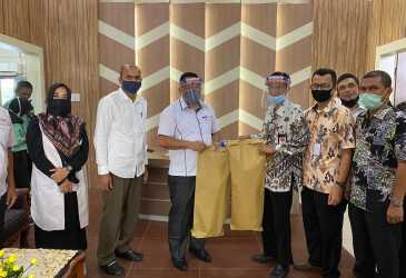 Dispar Banda Aceh Terima Bantuan APD dari SMK-SMTI Aceh