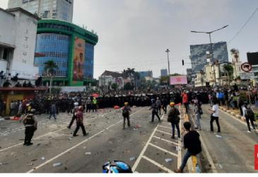 Polisi Tembak Gas Air Mata dari Kawasan Medan Merdeka
