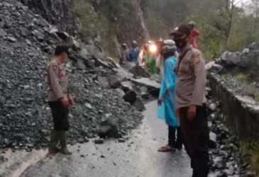 BREAKING NEWS - Jalan Geumpang - Tangse Tertimbun Longsor, Kendaraan belum Bisa Lewat
