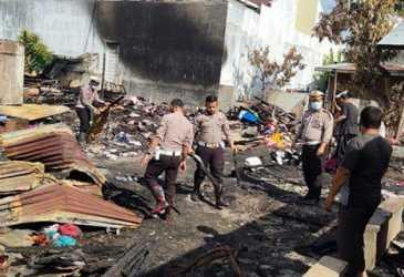 Korban Kebakaran Terharu Aksi Personel Satlantas Polres Lhokseumawe Bersihkan Puing-puing Bangunan