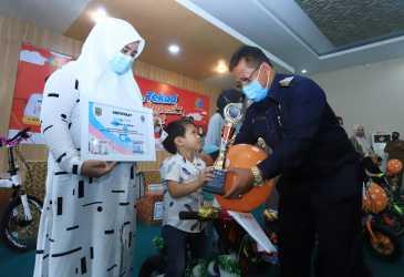 Wali Kota Bagi-bagi Hadiah pada Peringatan HKN