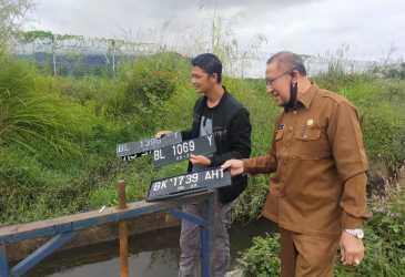 Pengendara Cari Plat Kenderaan yang Hilang Usai Terobos Banjir