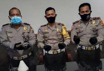 Biker Alami Slip hingga Oleng & Ditabrak Pikap, Benda di Tas Pinggang Korban Bikin Polisi Terkejut
