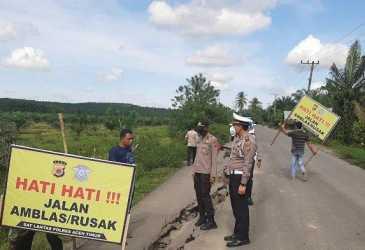 Satlantas Polres Aceh Timur Pasang Spanduk Imbauan Hati-hati di Jalan Provinsi yang Amblas