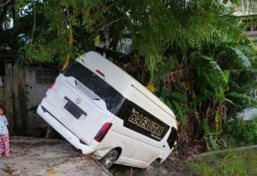 Diduga Karena Sopir Mengantuk, Toyota Hiace Terperosok ke Areal Persawahan Warga di Samahani