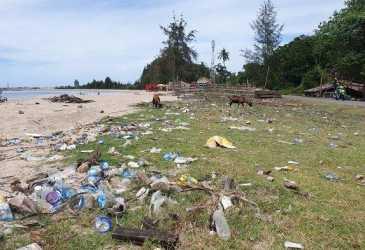Sejumlah Pantai di Abdya Bertabur Sampah