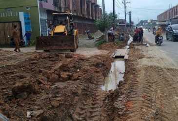 Dua Kampung di Aceh Tamiang Kolaborasi Buat Parit di Dua Sisi Jalan, Tujuannya Bikin Respek