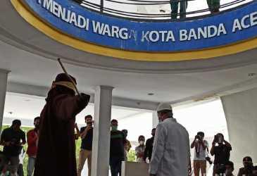 PNS di Aceh Ditangkap Mesum Dicambuk 18 Kali