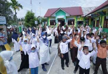 Puluhan Ribu Siswa Aceh Timur Pakai Masker Serentak