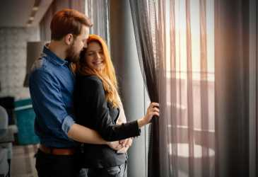 Tetangga Lihat Aku dan Suami Goyang di Ruang Tamu, Malu!