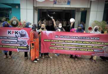 Emak-emak Geruduk Disdik Aceh