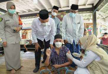 Sekda Aceh Tinjau Vaksinasi Guru dan Santri Dayah MUDI Mesra