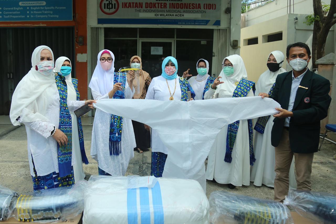Ketua BKMT Aceh Serahkan Bantuan APD untuk IDI