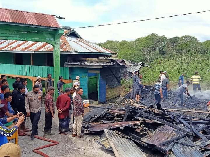 20210722-masyarakat-dan-petuas-bersihkan-puing-puing-kebakaran