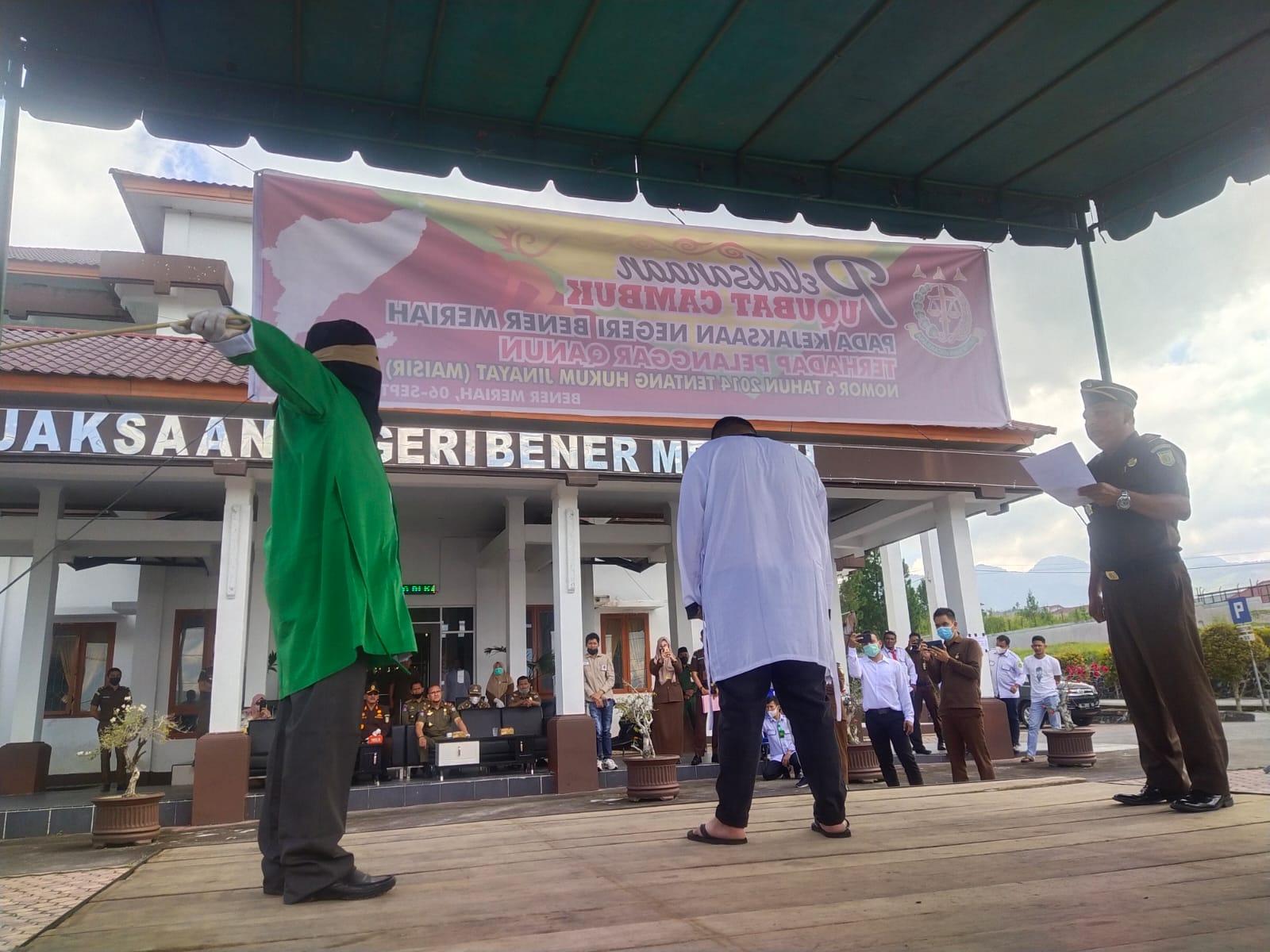 Pelanggar Qanun Aceh Nomor 6 Tahun 2014 Tentang Hukum Jinayat Dicambuk